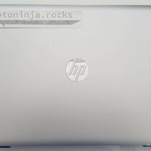 Anwendungsbeispiel des cryptoninja Aufklebers für die Positionierung auf einem Notebook.