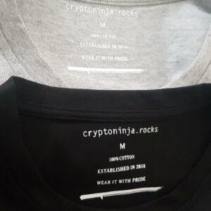 Zwei übereinander liegende T-shirtkragen mit sichtbarem cryptoninja Label Innendrück am Nacken.